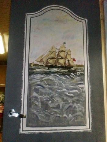 Корабль в море на двери
