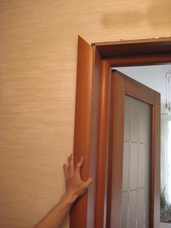 Крепление дверного наличника