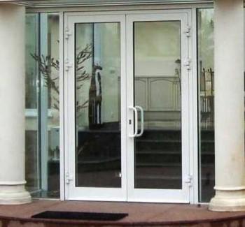 Обычная входная пластиковая дверь