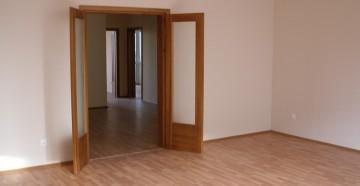 Открытые двойные распашные двери