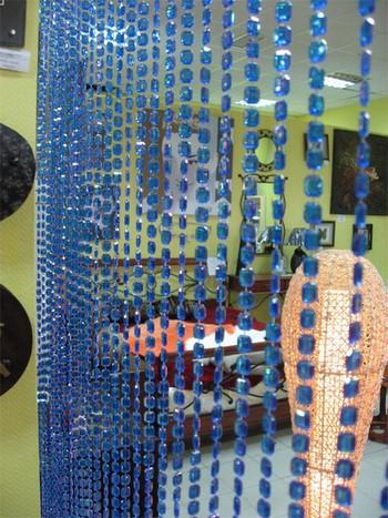 Пластмассовые голубые висюльки в дверном проеме