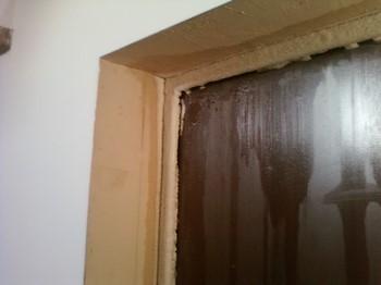 Потеет входная металлическая дверь