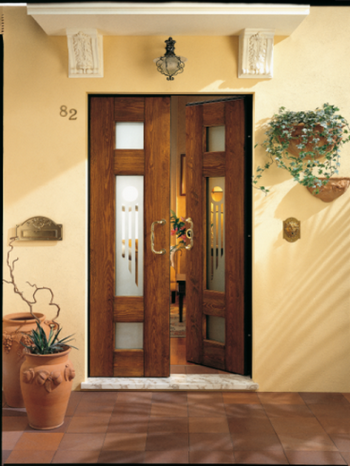 Приоткрытая двойная входная дверь