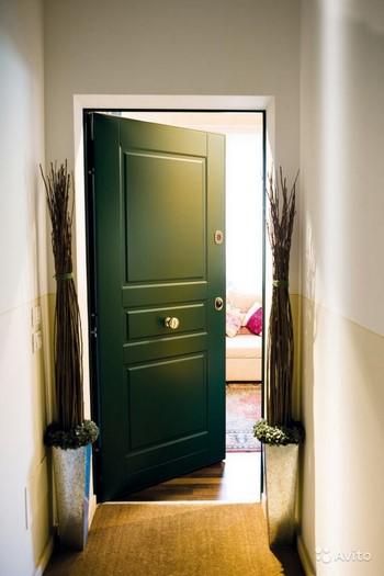 Приоткрытая зеленая входная дверь