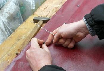 Процесс обивки деревянной двери