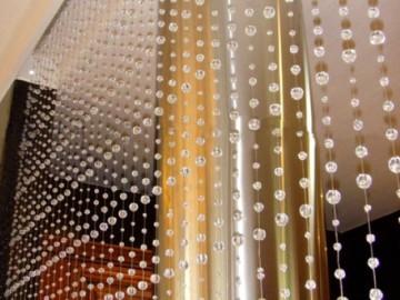 Бамбуковые, пластиковые и другие висюльки в дверной проем