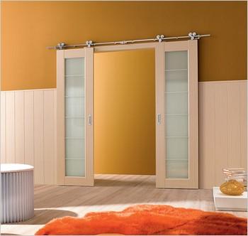 Светлые раздвижные двери со стеклянными вставками