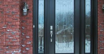 Входная дверь со стеклом в частный дом