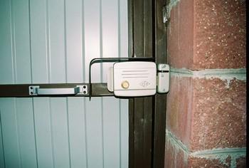 Электромагнитный запор на калитке