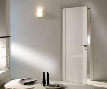 Аскетичная белая дверь