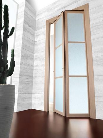 Дверь гармошка со стеклянными вставками
