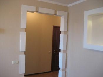 Интересно отделанный дверной проем