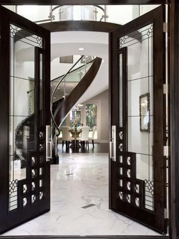 Необычные входные двери со стеклянными вставками