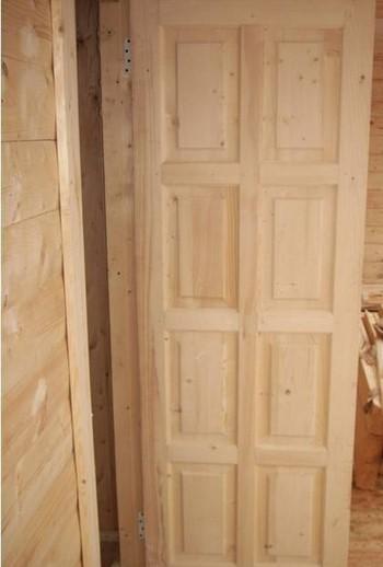 Открытая деревянная дверь