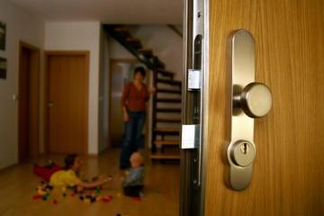 Приоткрытая входная дверь в дом