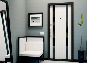 Стильная белая входная дверь