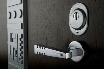 Стильная дверная фурнитура для входных дверей