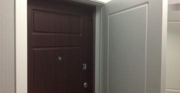Железная входная дверь и деревянная