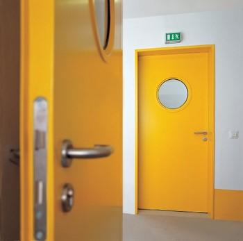 Желтая противопожарная дверь