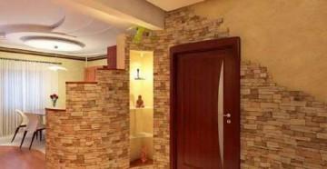 Дверной проем с декоративным камнем