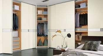 Красивая гардеробная с раздвижными дверями