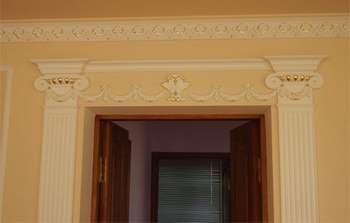 Лепнина в декоре дверного проема