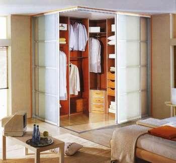 Матовые стеклянные двери в гардеробную