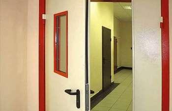 Приоткрытая противопожарная дверь