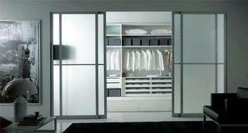 Стеклянные двери в гардеробную комнату