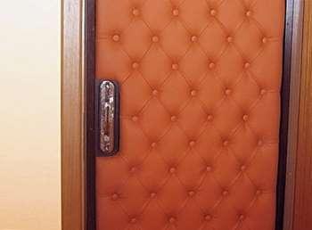 Дверь отделанная дермантином