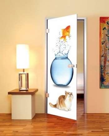 Дверь с фотообоями с котом и рыбкой