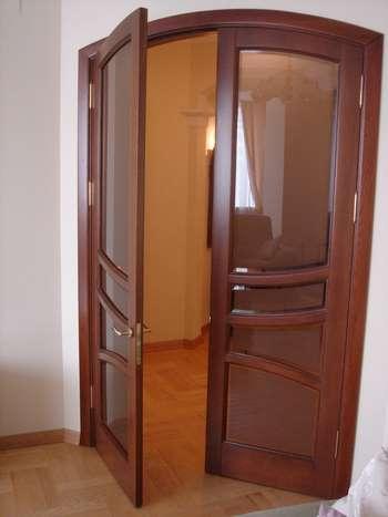 Двойные распашные двери со стеклом