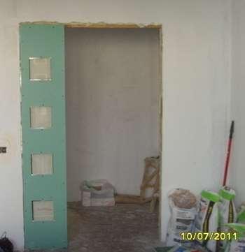 Гипсокартонная конструкция в дверном проеме