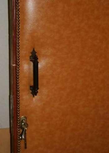 Красивая обитая входная дверь