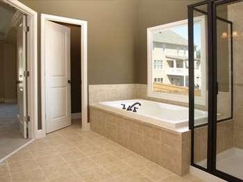 Обычная белая дверь в ванной