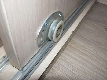 Ролик у двери