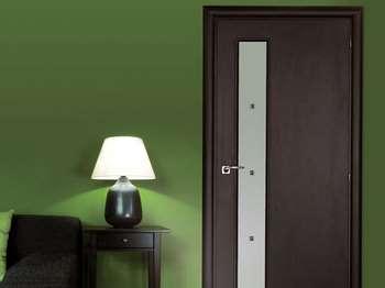 Темная дверь со стеклянной вставкой