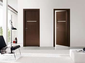 Темно-коричневые двери в доме