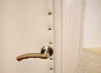 Утепленная светлая дверь