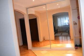 Дверной проем в зеркале
