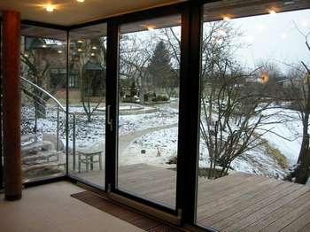 Алюминиевая дверь со стеклом на балкон