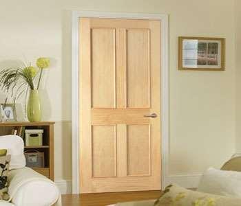Деревянная дверь в комнате