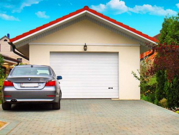 Машина стоит у гаража