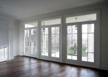 Много дверей на длинный балкон