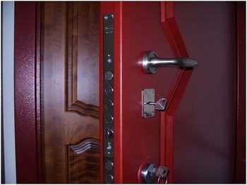 Приоткрытая металлическая дверь