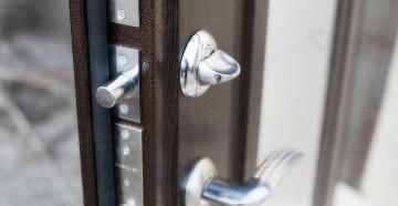 Приоткрытая входная дверь