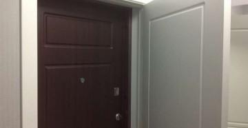 Приоткрытая вторая дверь