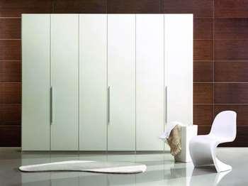 Стильный белый шкаф