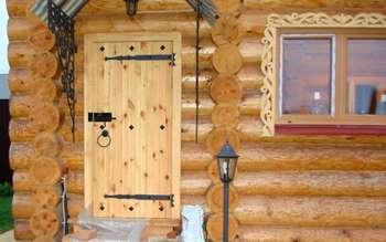 Входная деревянная дверь в баню