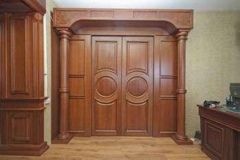 Мощная дубовая дверь